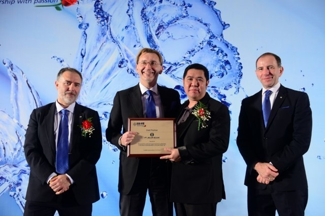 PT Jalur sejuk  receiving the Gold Business Partner Award